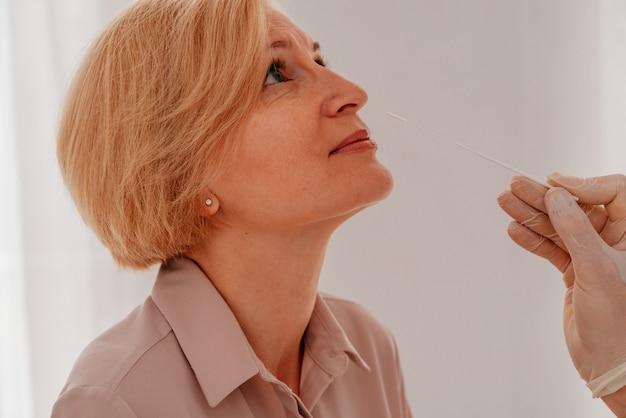 Lekarz sprawdza za pomocą testera wirusa covid