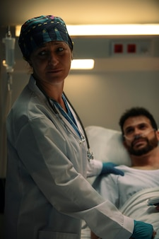 Lekarz sprawdzający jednego z jej pacjentów