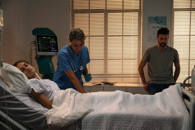 Lekarz sprawdzający pacjenta w szpitalu