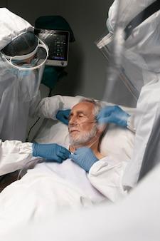 Lekarz sprawdzający problemy z oddychaniem pacjenta
