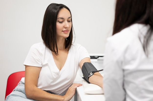 Lekarz sprawdzający stan zdrowia pacjentów