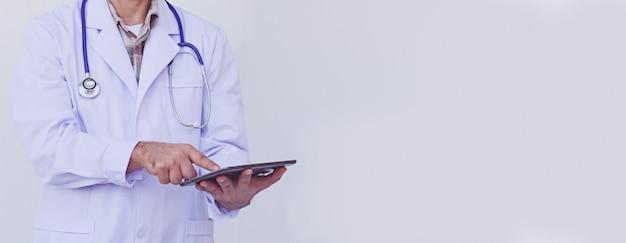 Lekarz sprawdzanie informacji o pacjencie na urządzeniu typu tablet