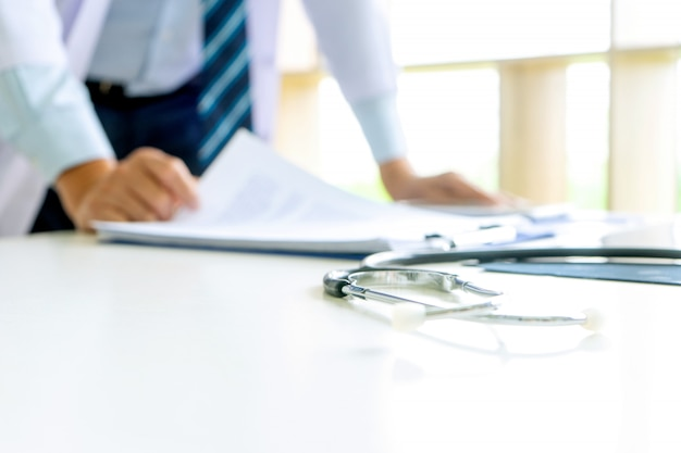 Lekarz stoi na stole z filmem rentgenowskim