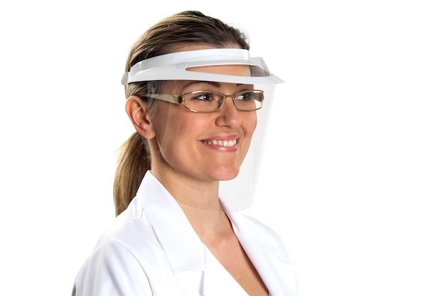 Lekarz stojący na białym tle na białej powierzchni