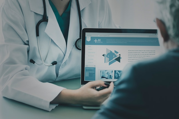 Lekarz sugerujący program szpitalny pacjentowi