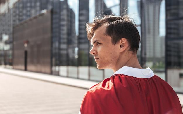 Lekarz superbohatera patrząc na ulicę miasta.