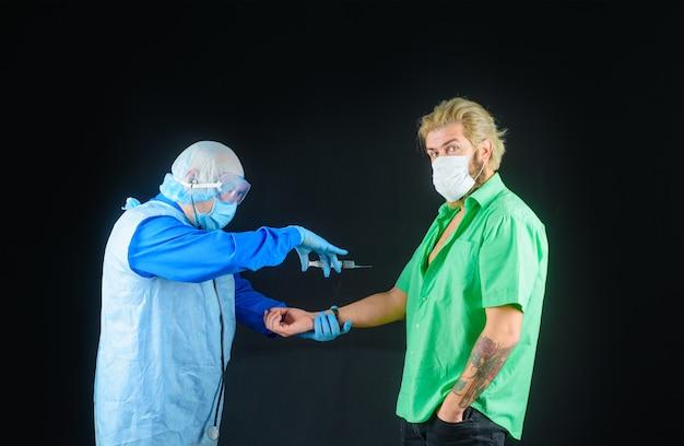 Lekarz szczepiący człowieka w szpitalu lekarz szczepiący pacjenta w klinice lekarz podający zastrzyk