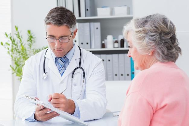 Lekarz tłumacząc recepty na starszą kobietę