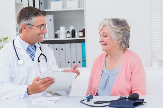 Lekarz tłumacząc recepty na starszy pacjent