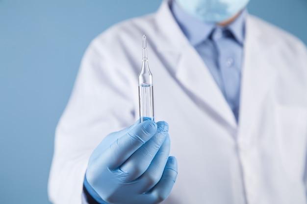 Lekarz trzyma ampułkę. pojęcie medyczne