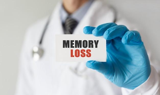Lekarz trzyma kartę z utratą pamięci tekstem, pojęcie medyczne