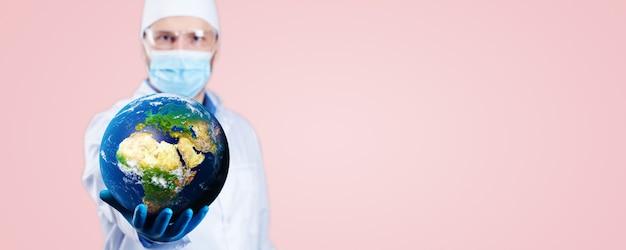 Lekarz trzyma w rękach kulę ziemską i strzykawkę medyczną ze szczepionką przeciwko koronawirusowi. renderowanie 3d. elementy tego obrazu dostarczone przez nasa.
