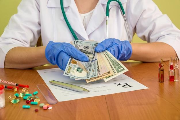 Lekarz trzymając pieniądze w ręce