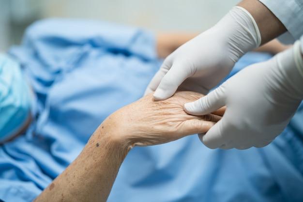 Lekarz trzymając rękę pacjenta azji kobieta