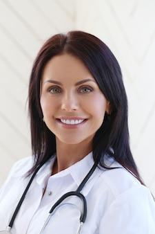 Lekarz ubrany w biały szlafrok i stetoskop
