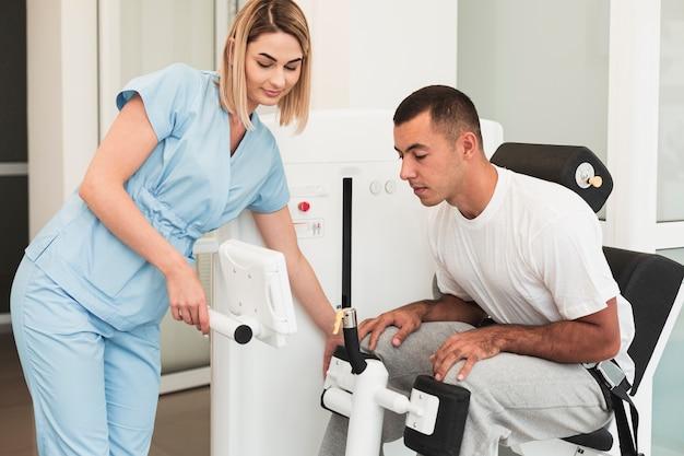 Lekarz uczy pacjenta, jak korzystać z urządzenia medycznego