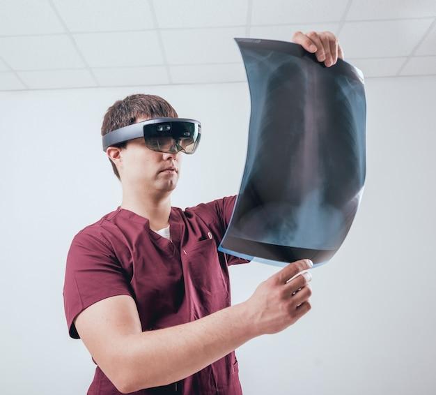 Lekarz używa okularów rzeczywistości rozszerzonej do badania filmu rentgenowskiego szkieletem człowieka