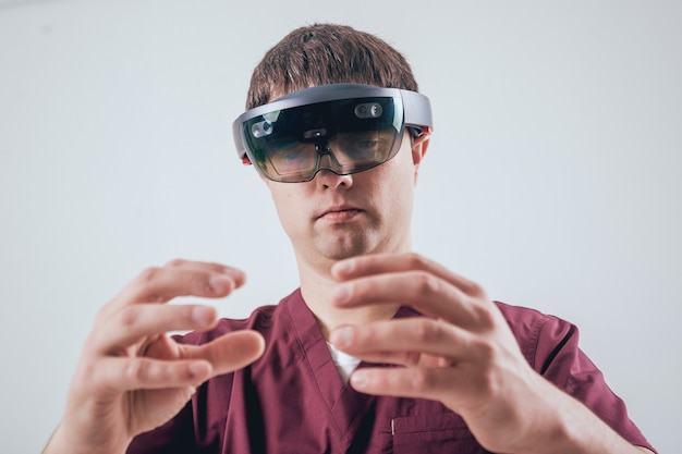 Lekarz używa okularów rzeczywistości rozszerzonej.