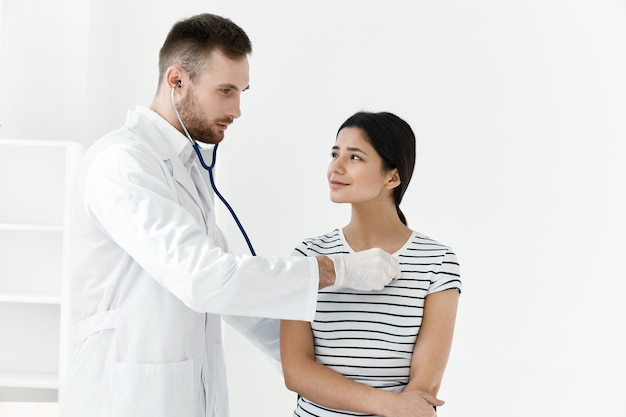 Lekarz w badaniu stetoskopem biały fartuch szpitala dla pacjentów