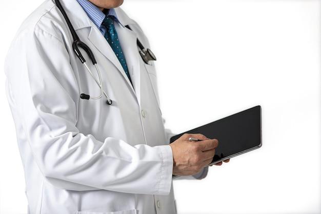 Lekarz w białej sukni z tabletem