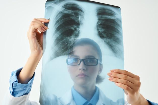 Lekarz w białym fartuchu egzamin profesjonalny na białym tle