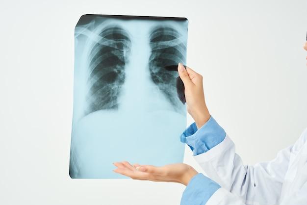 Lekarz w białym fartuchu z x-ray opieki zdrowotnej na białym tle. zdjęcie wysokiej jakości