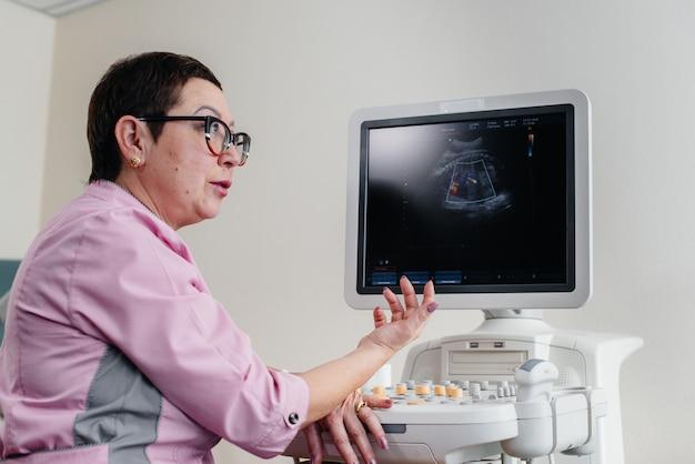 Lekarz w klinice w pobliżu urządzenia do terapii ultradźwiękowej. badanie lekarskie