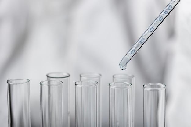 Lekarz w kombinezonie ochronnym podejmowania testów w laboratorium
