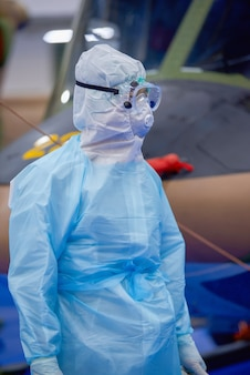 Lekarz w kombinezonie ppe i gaju, wirus corona, koncepcja epidemii wirusa covid-19.