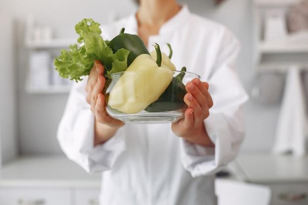 Lekarz w kuchni z warzywami
