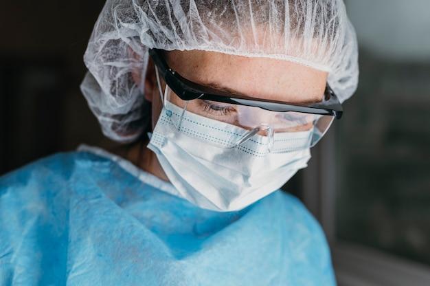 Lekarz w masce i okularach ochronnych