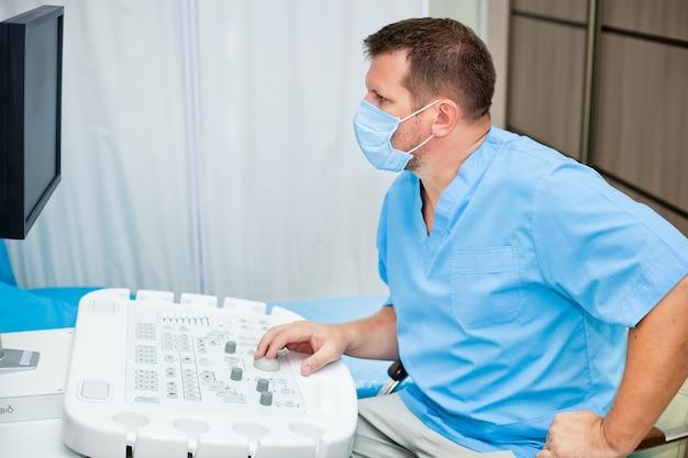 Lekarz w masce ze sprzętem ultradźwiękowym