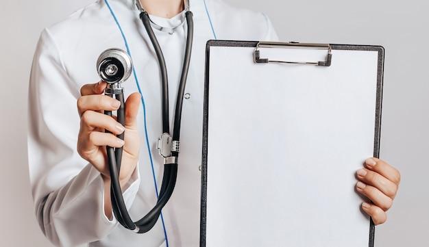 Lekarz w masce ze stetoskopem i dokumentów na na białym tle