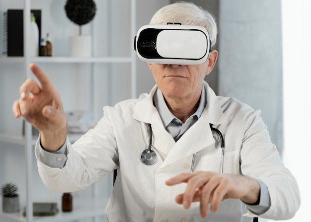 Lekarz w okularach wirtualnej rzeczywistości