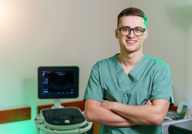 Lekarz w pobliżu sprzętu usg. diagnostyka. sonografia. portret. zbliżenie