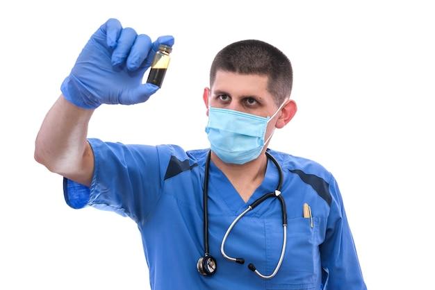 Lekarz w rękawiczkach, trzymając ampułkę z lekiem na białym tle
