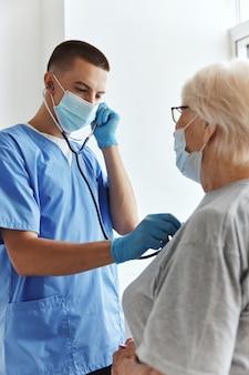 Lekarz w szpitalu bada leczenie pacjenta