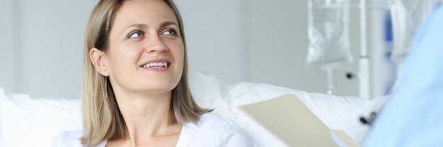 Lekarz w szpitalu mierzy puls kobiety do pacjenta. koncepcja badania szpitalnego