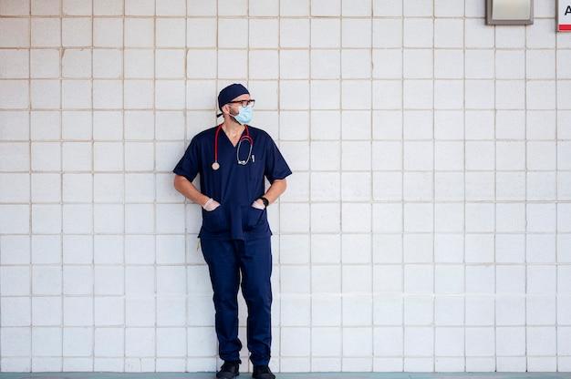 Lekarz w szpitalu poza odpoczynkiem