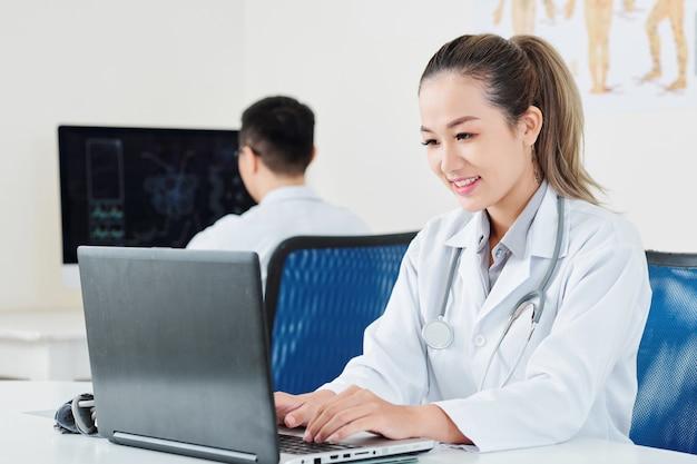Lekarz wprowadzający informacje o pacjencie