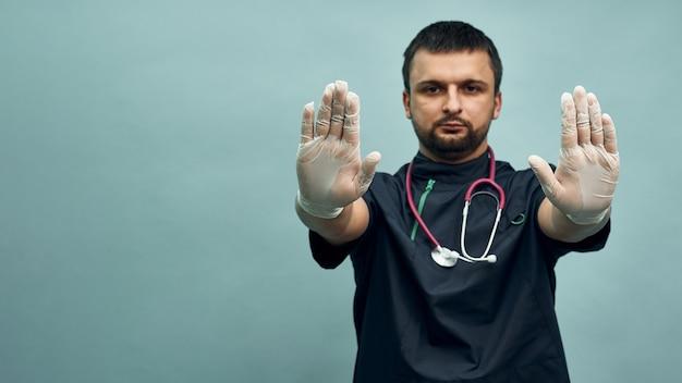 Lekarz wyciąga rękę w rękawiczce do aparatu