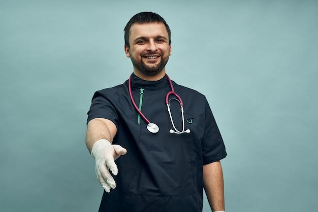 Lekarz wyciąga rękę w rękawiczce do uścisku dłoni