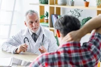 Lekarz wyjaśnia leczenie pacjentowi