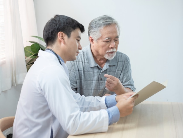 Lekarz wyjaśnia wynik testu dla pacjenta w podeszłym wieku.