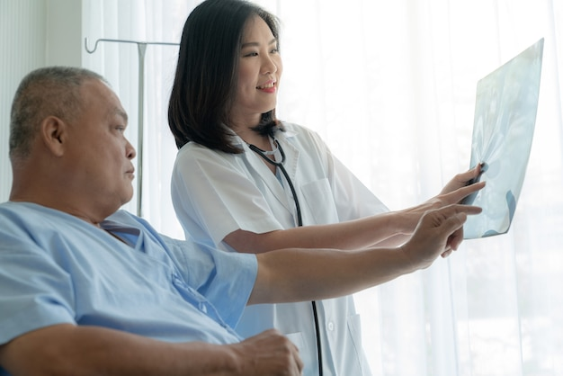 Lekarz wyjaśniający wyniki badań rentgenowskich pacjentom