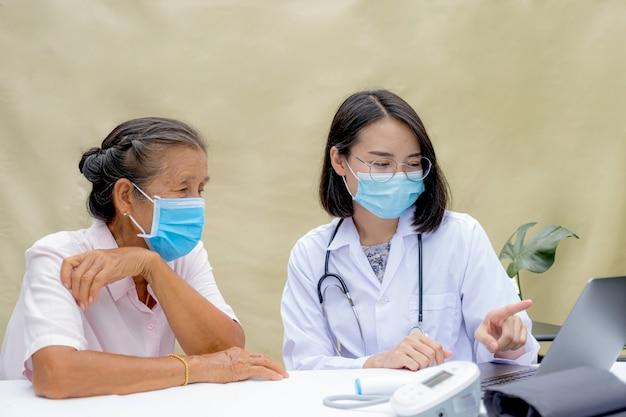 Lekarz wyjaśnił starszemu pacjentowi wyniki badań lekarskich i pokierował przyjazną opieką zdrowotną.