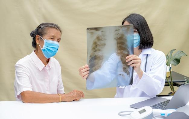 Lekarz wyjaśnił wyniki wydalania z płuc starszego pacjenta i pokierował przyjazną opieką zdrowotną