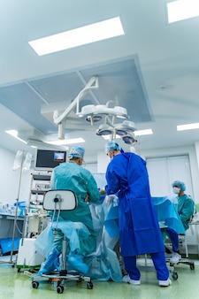 Lekarz wykonuje małoinwazyjny chirurg za pomocą robota. minimalnie inwazyjna innowacja chirurgiczna, chirurgia robotem medycznym z endoskopią.