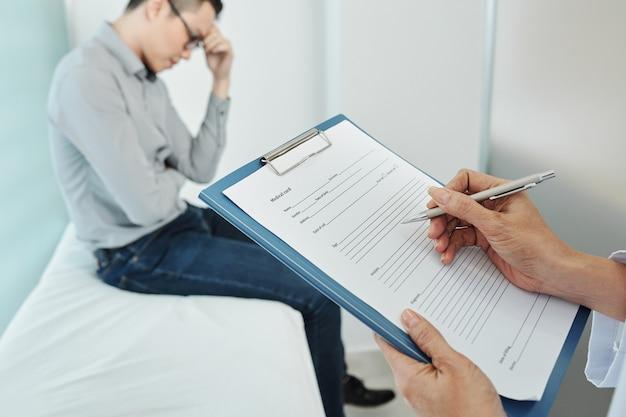 Lekarz wypełniający kartę medyczną