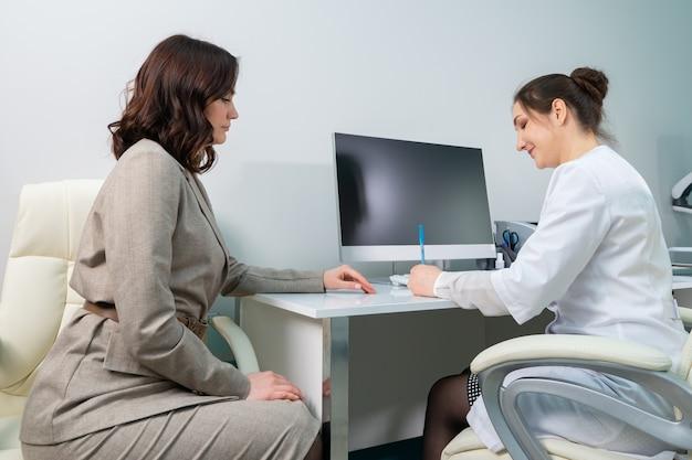 Lekarz wypisuje pacjentce zalecenia dla pacjentki